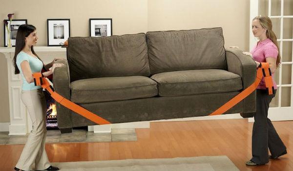 mengangkat sofa